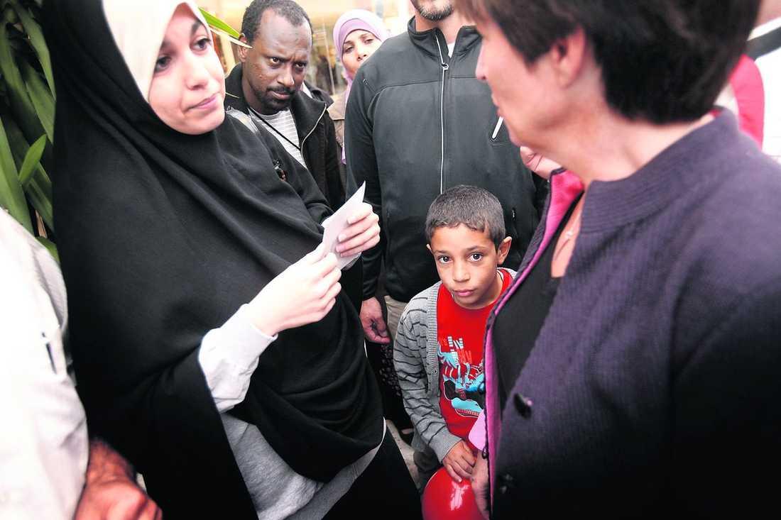 """""""det finns inget mer skadligt"""" Mona Sahlin besökte invandrartäta Vivalla i Örebro i går. I förra valet fick Socialdemokraterna 60 procent av rösterna där, men fyra av tio valde att inte rösta. Nu raggade hon röster med hot om Sverigedemokraterna. """"Det finns inget mer skadligt för Sverige än om Sverigedemokraterna kommer in i riksdagen"""", säger hon."""