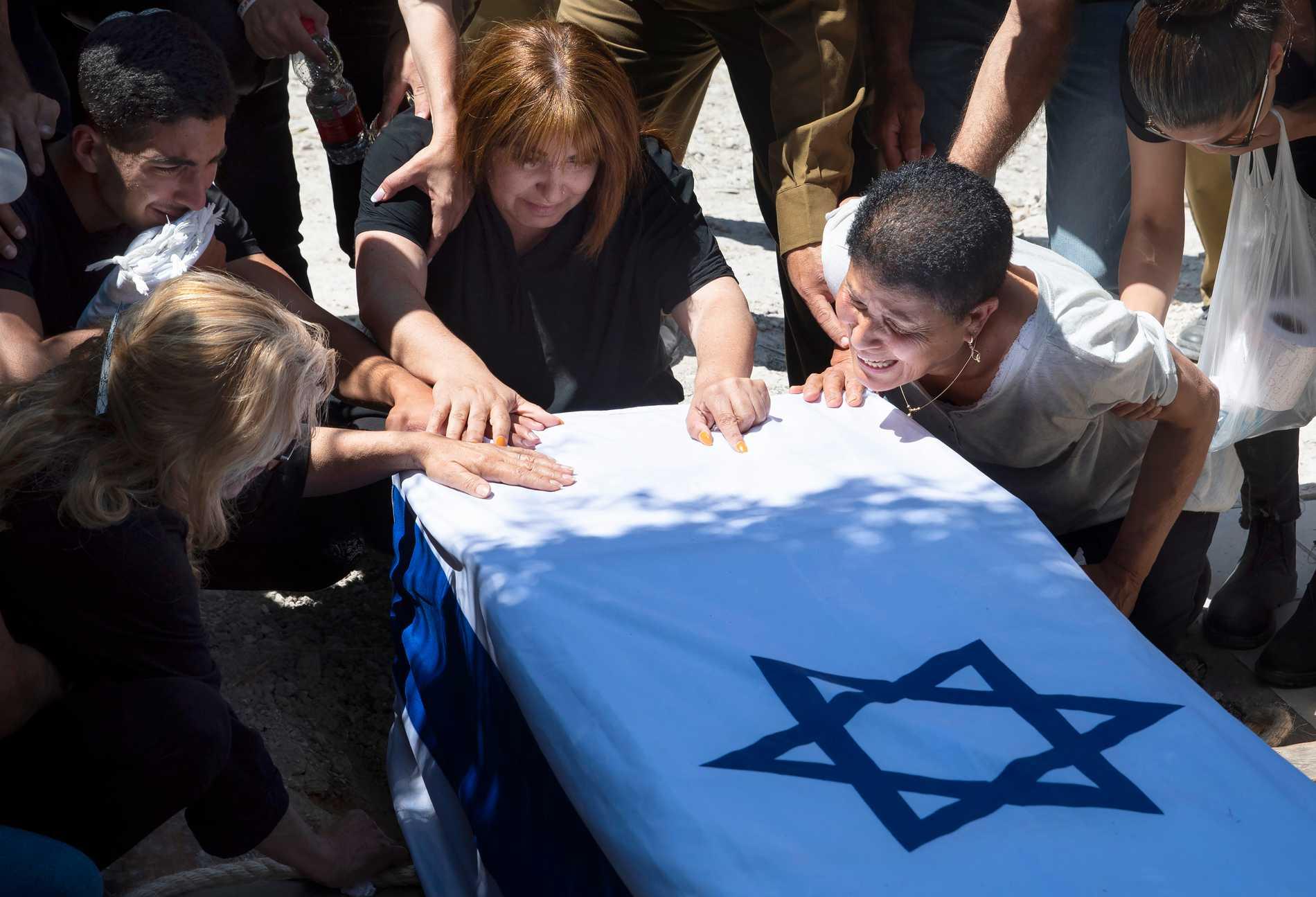 Anhöriga till, israeliske soldaten Omer Tabib, 21, som dödades av en missil i närhet av Gazaremsan sörjer.