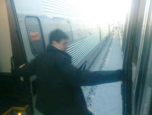 En passagerare evakueras från ett trasigt tåg– till ett annat trasigt tåg.