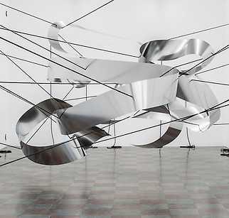 """Liva Isakson Lundin, """"To hold sway"""", 2018, fjädrande stål, nylonrep."""