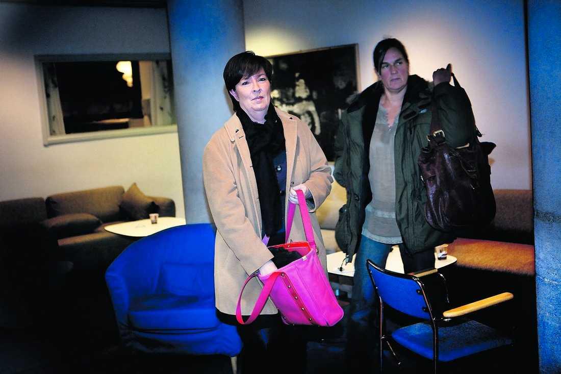 Mona Sahlin bar den omdebatterade väskan.