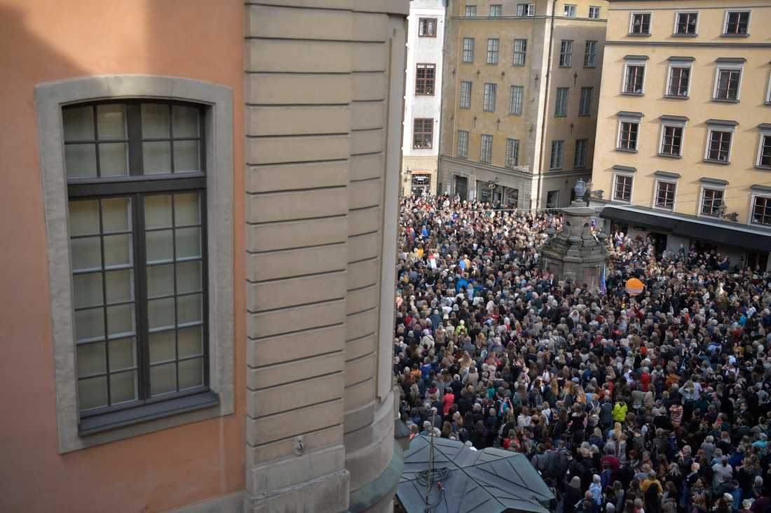 Samtidigt som tusentals demonstrerade utanför Börshuset höll Svenska Akademien sitt möte på hemlig adress.