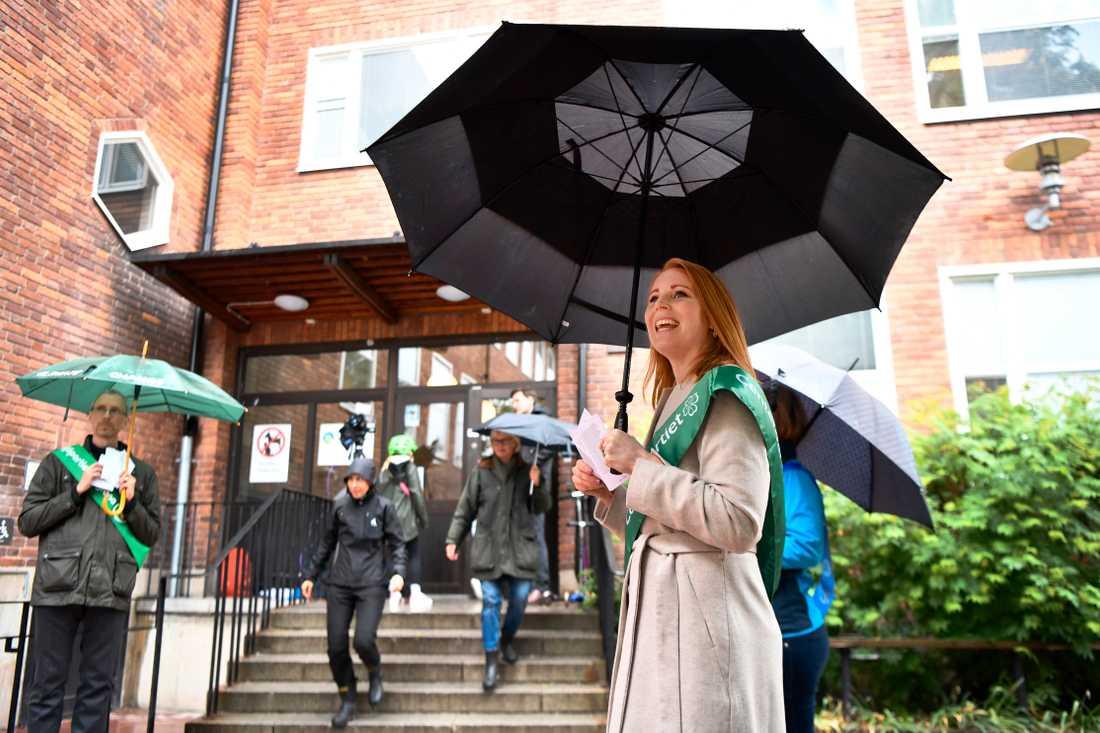 Centerpartiets ledare Annie Lööf delar ut valsedlar till EU-valet vid Gärdesskolan i Stockholm