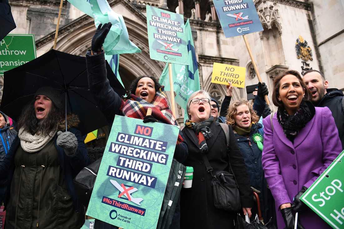 Miljöaktivister jublar utanför domstolen i London, som avgjort att utbyggnaden av Heathrow är olaglig av klimatskäl.