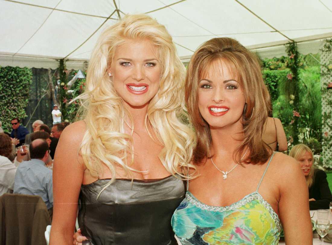 Karen McDougal (till höger) hade också en relation med Donald Trump under 1996 och 1997. Här syns hon tillsammans med svenska Playboymodellen Victoria Silvstedt året efter.