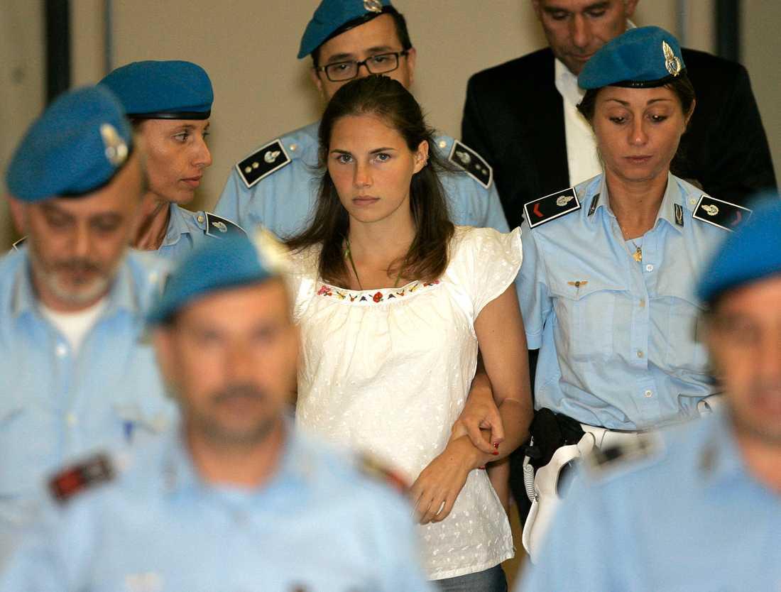Amanda Knox eskorterad av italiensk polis 2008.