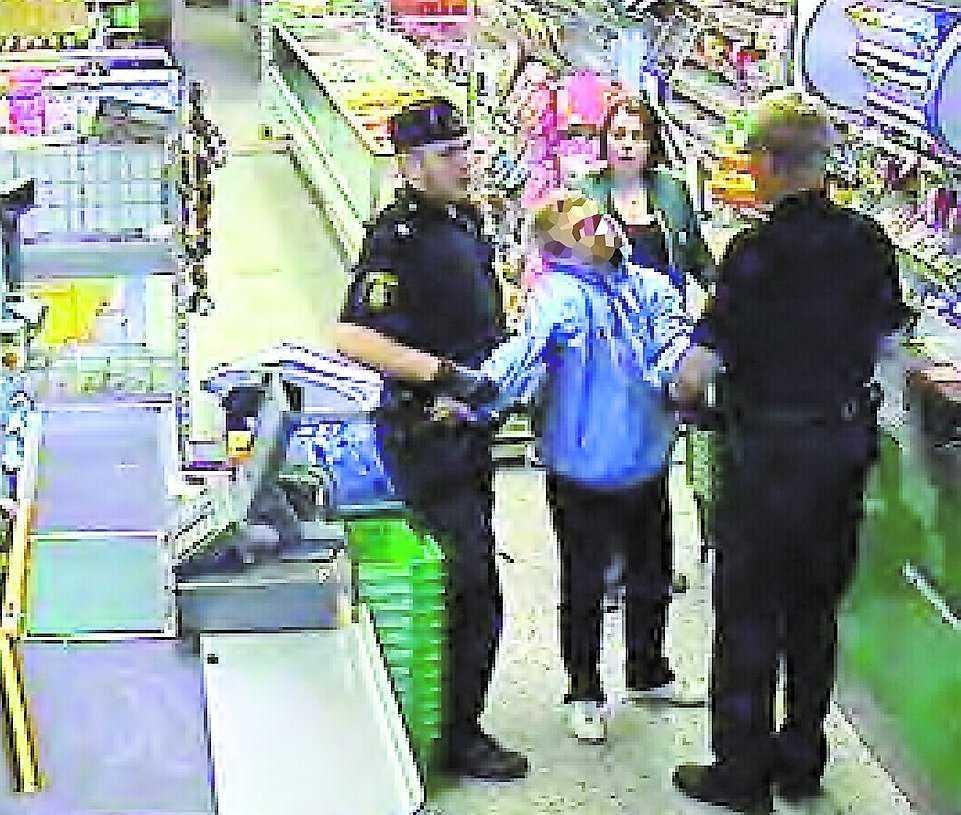 De två polismännen kan bara tacka och ta emot. Och rånaren är uträknad.