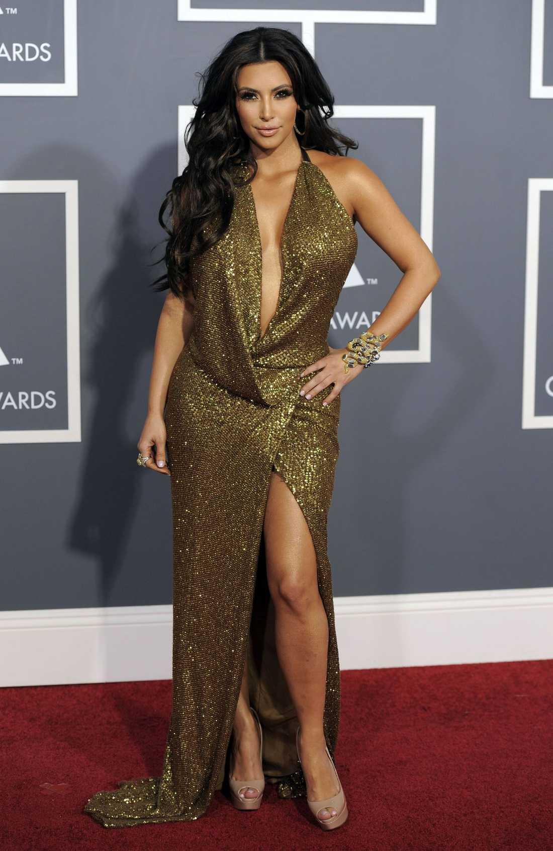Mycket av allt är Kim Kardashians melodi, klänning från Kaufmanfranco.