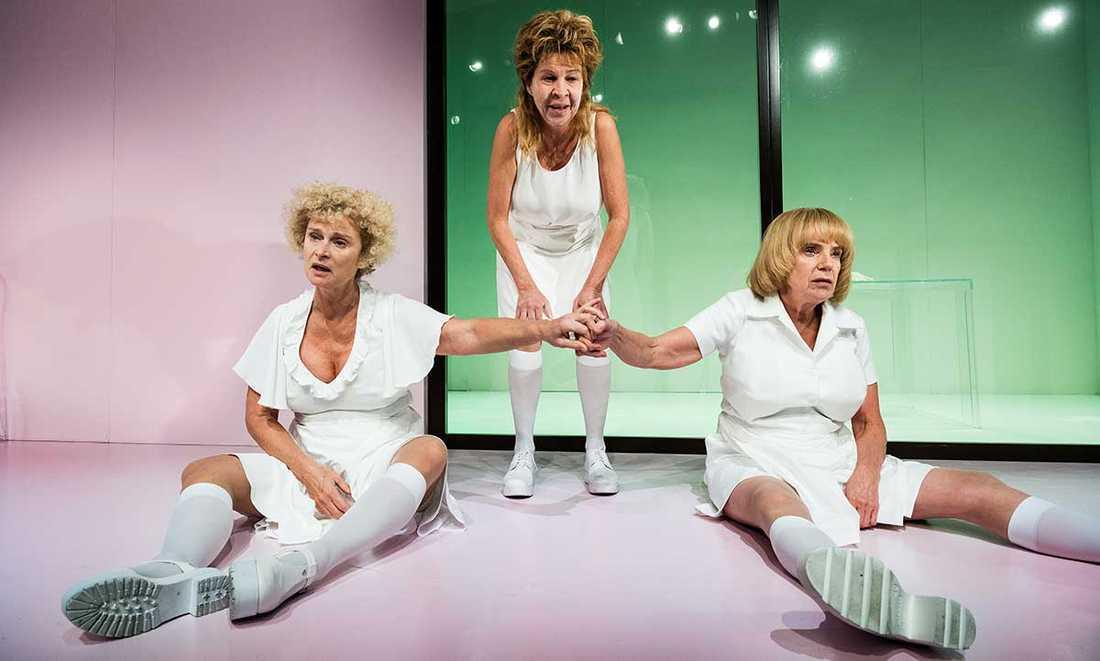 """Lena Endre, Ingela Olsson och Stina Ekblad i """"Presidenterna"""" på Dramatens lilla scen."""
