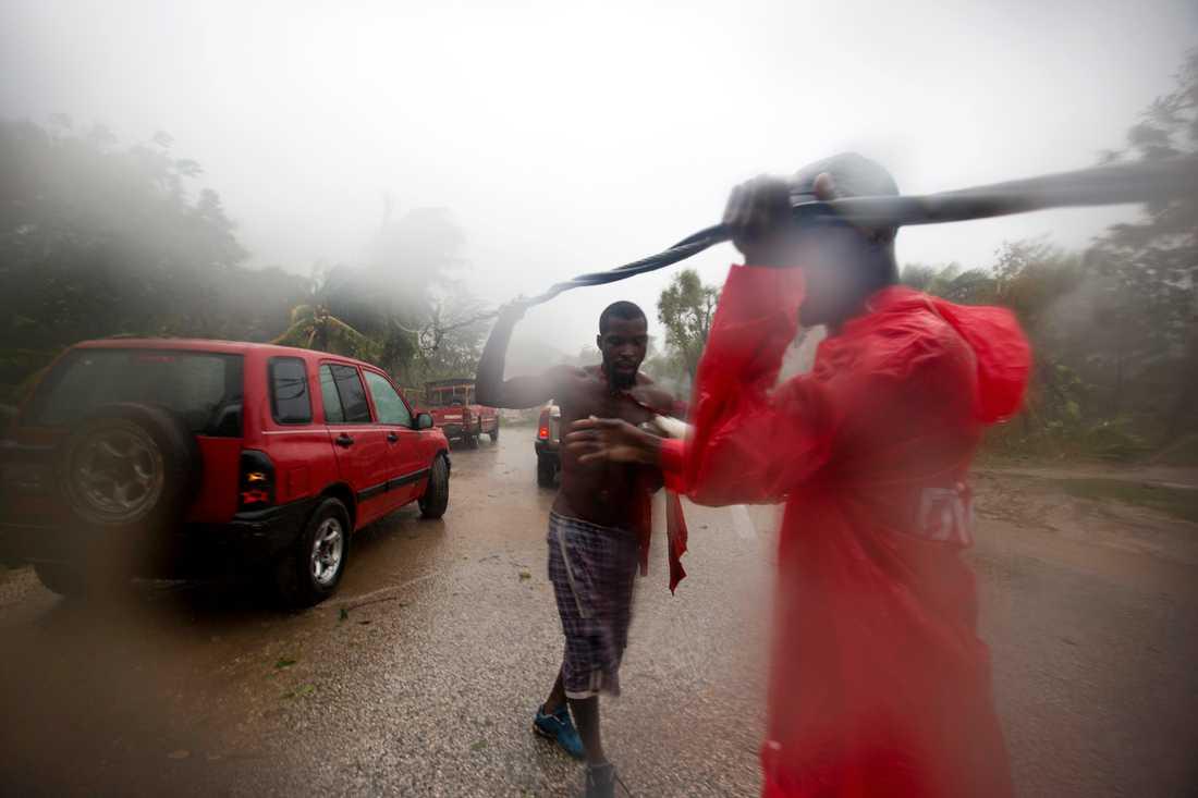 En kraftledning har blåst ned över vägen till Petit Goave, Haiti.
