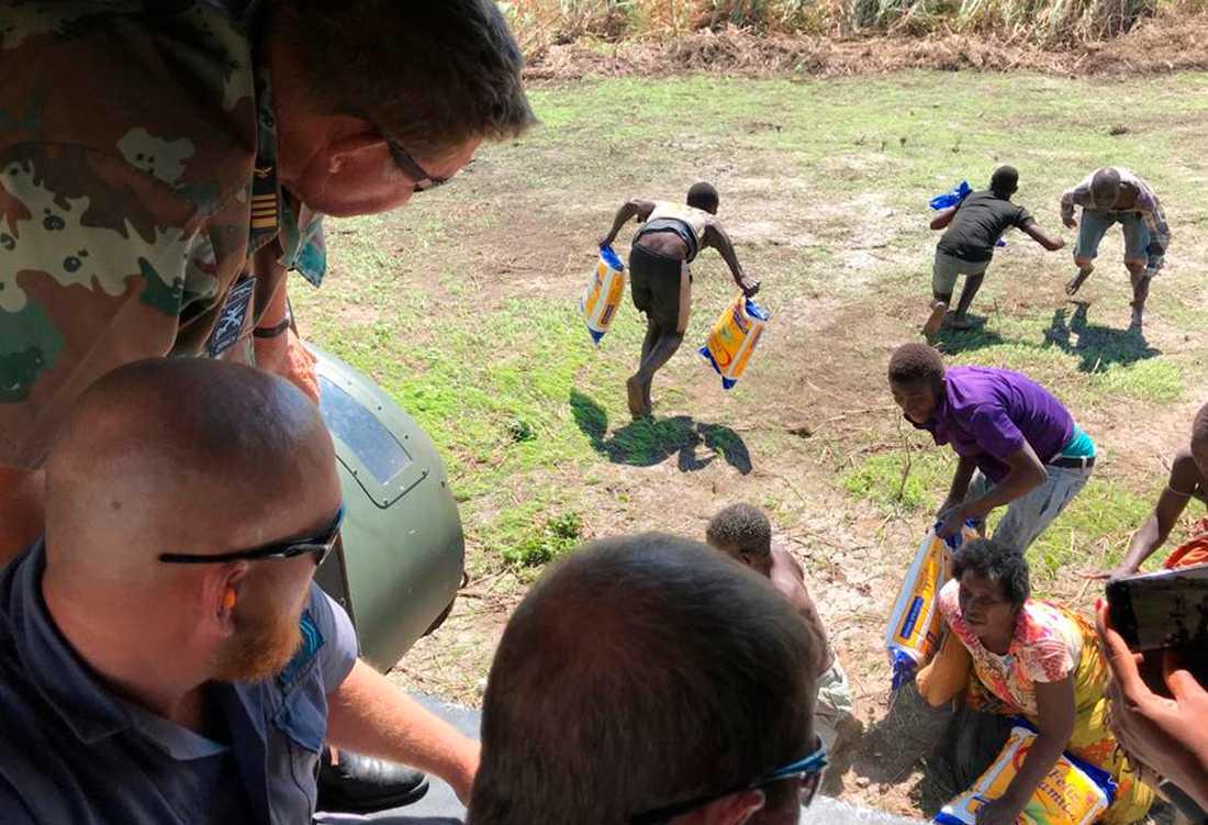 Sydafrikansk militär levererar nödhjälp tidigare i april till drabbade av Idais framfart i Moçambique. Efter cyklonen har kolera och hunger slagit mot den krisdrabbade befolkningen.
