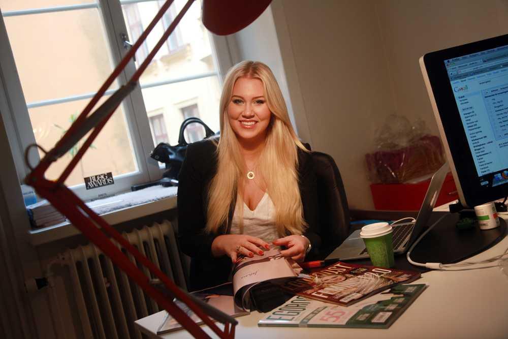"""Bloggaren, Isabella """"Blondinbella"""" Löwengrip, vid sitt skrivbord när hon jobbar med sin tidning """"Egoboost"""""""
