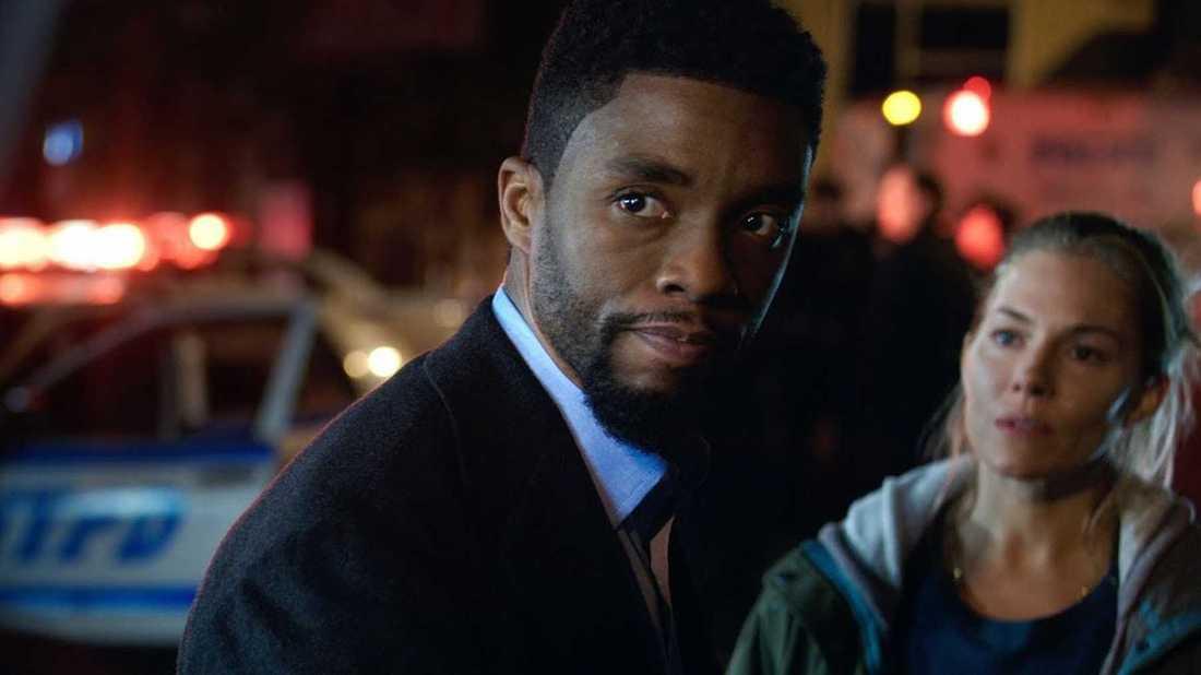 """Chadwick Boseman och Sienna Miller i """"21 bridges""""."""