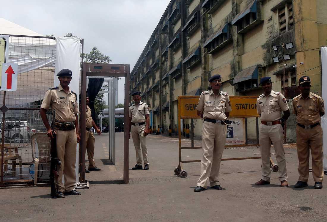 Vakter bevakar rösträkning i storstaden Bombay.