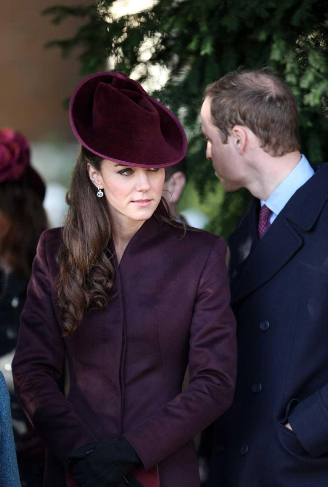 Kate Middleton sparade inte på julkrutet när hon på juldagen gick på högmässa i St Mary Magdalene Church i Norfolk. Ursnygg i mörkt vinröd dräkt och matchande hatt som modisten Jane Corbett gjort speciellt för Kate.