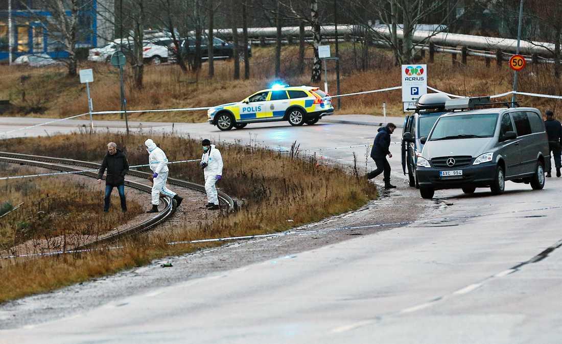 En man har hittats död vid en järnväg i Uddevalla.