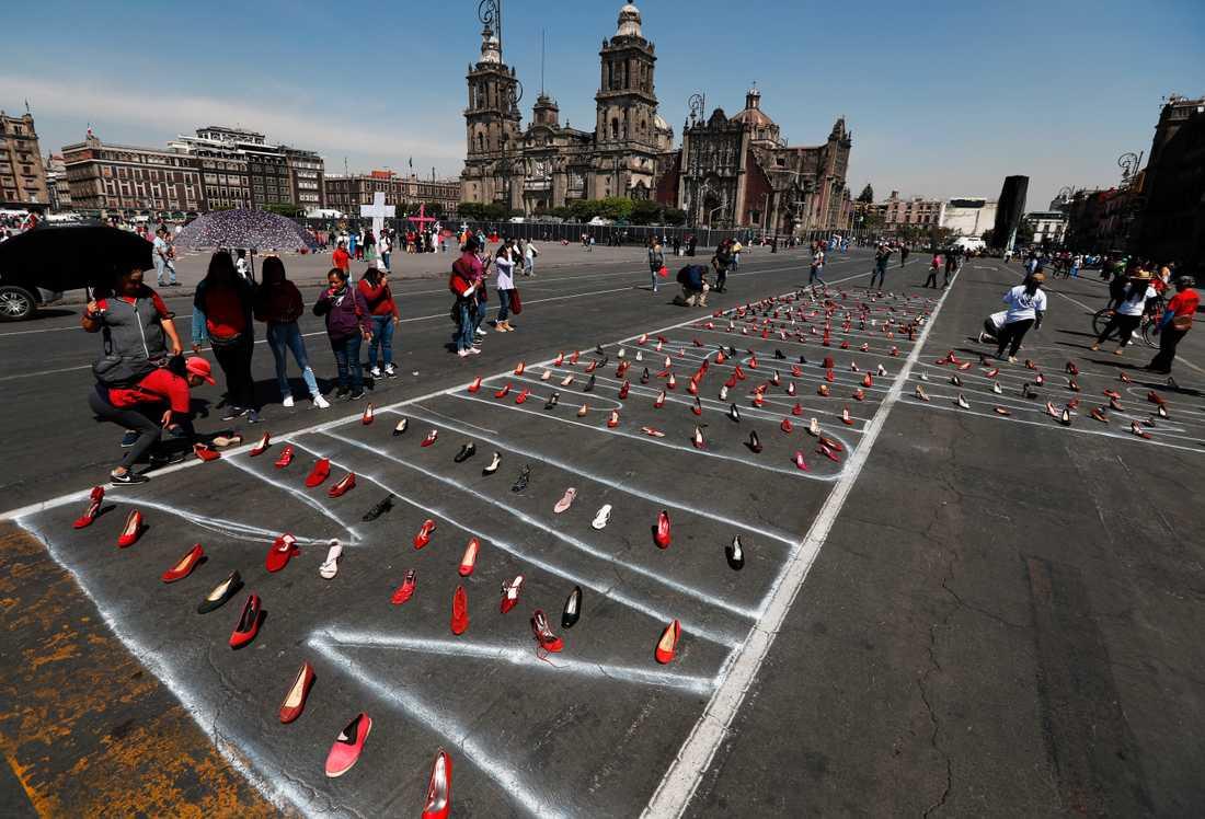 Röda skor uppradade till minne av mördade kvinnor på Mexico Citys huvudtorg El Zócalo på måndagen.