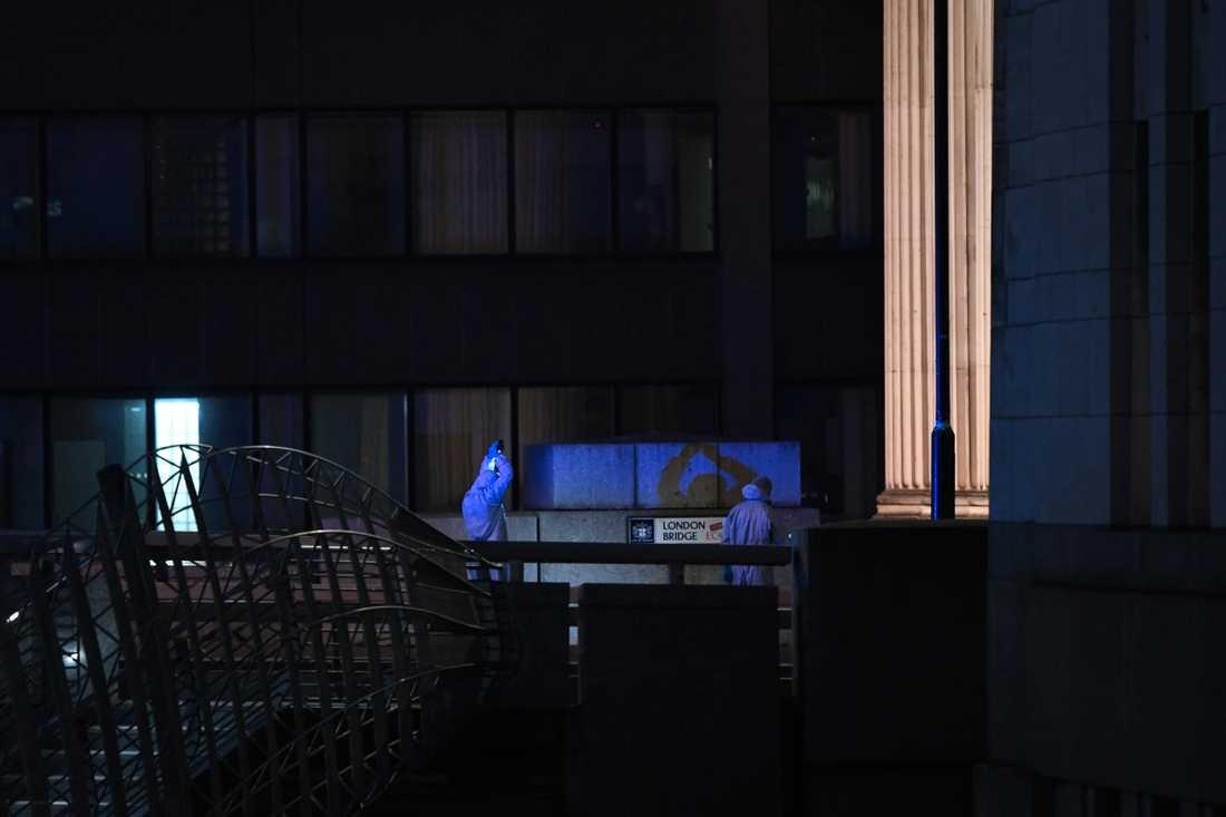 Polisens tekniker arbetar på platsen för terrordådet på London Bridge.