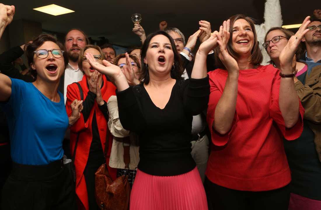 Från vänster till höger:  Hannah Neumann, Annalena Baerbock och Katrin Göring-Eckardt reagerar på att De gröna i Tysland ser ut att få 22 procent av rösterna enligt vallokalsundersökningen.