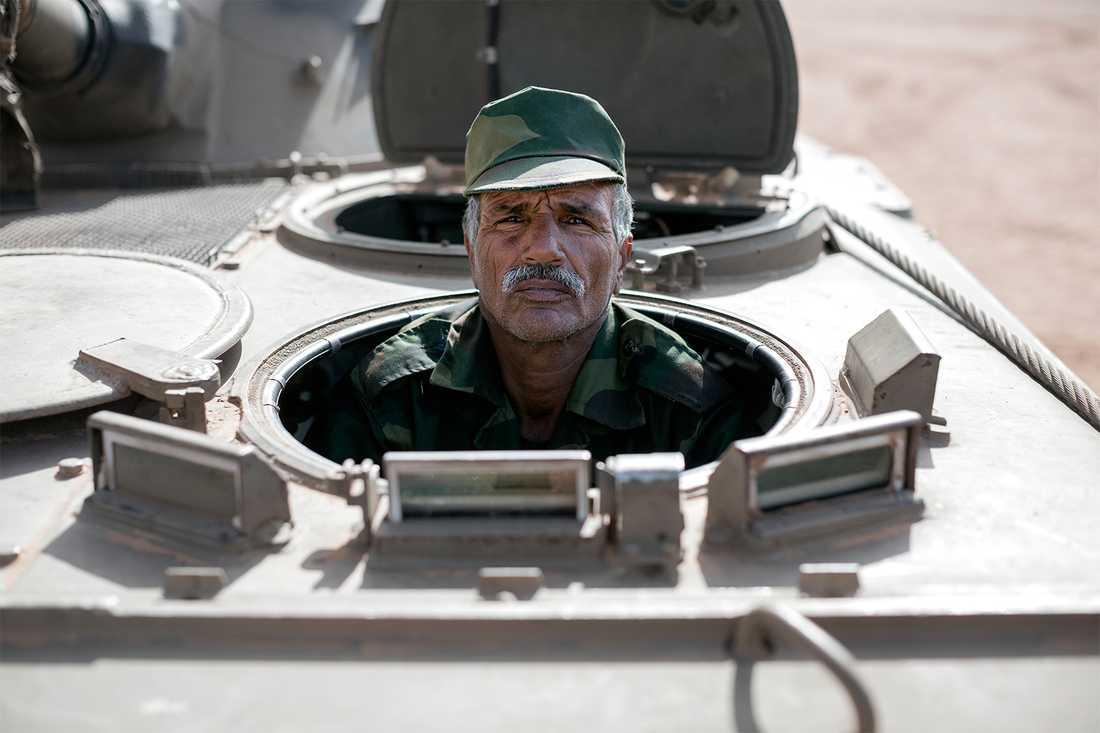 Hassan Ali Hamdi i en av stridsvagnarna som har stått still sedan eldupphöret 1991. Soldaterna i det mekaniserade förbandet tar väl hand om fordonen för att vara redo om kriget skulle blossa upp igen. Foto: Johan Persson