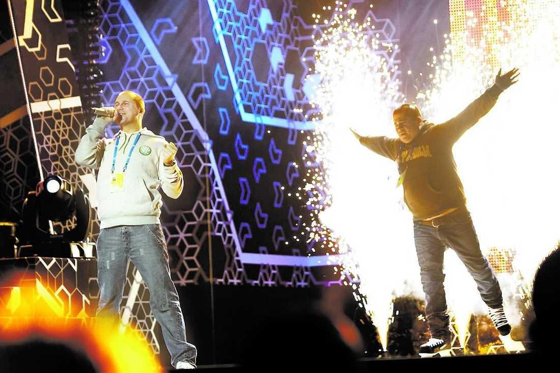 """När Markoolio sjunger sin ballad """"Kärlekssång från mig"""" kliver barndomsvännen Viggo Hansson in på scenen.Fastän han knappt kan stå på isen åker han konståkning – med piruetter och allt. En tydlig parodi på fjolårets ryske Eurovisionvinnare Dima Bilan, som hade konståkningslegendaren Jevgenij Plusjenko med sig på scenen."""