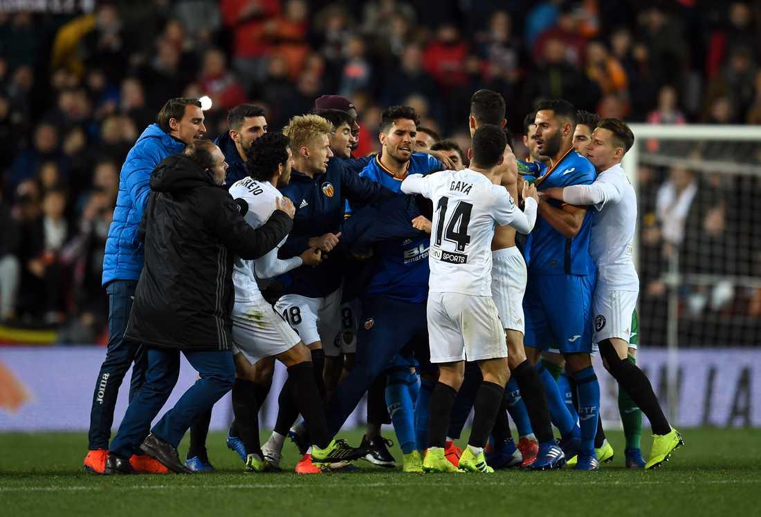 Här utbryter kaoset mellan spelarna efter slutsignalen i cup-kvartsfinalen