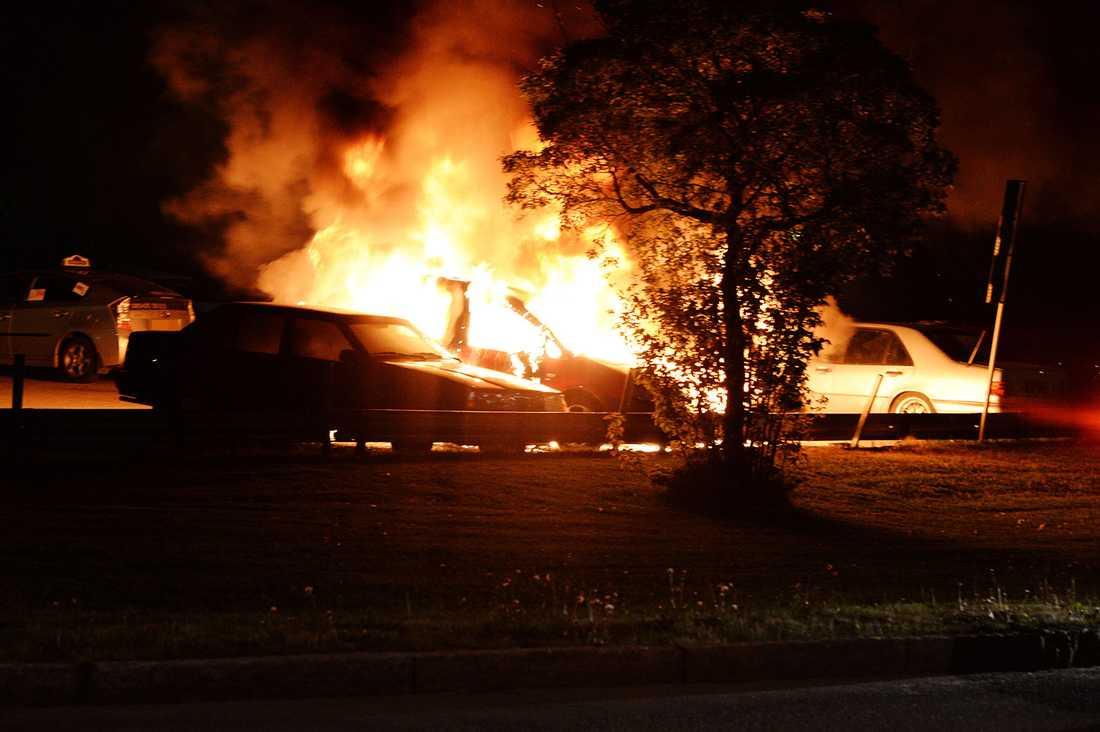 En bil brinner i Rinkeby.