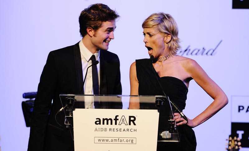 Sharon Stone, värd för välgörenhetsgalan, något förvånad efter att Robert Pattinsons puss gått för drygt 200 000 kronor.