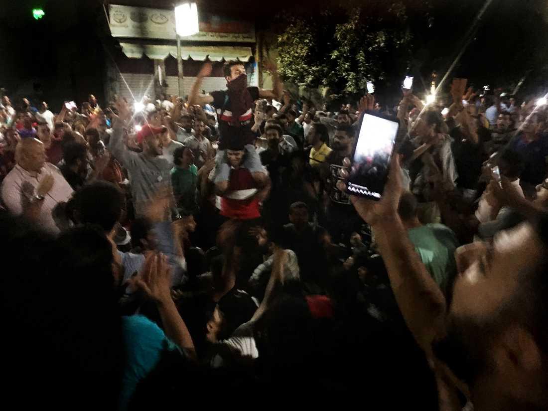 Demonstranter ropar slagord mot regimen i Kairo.