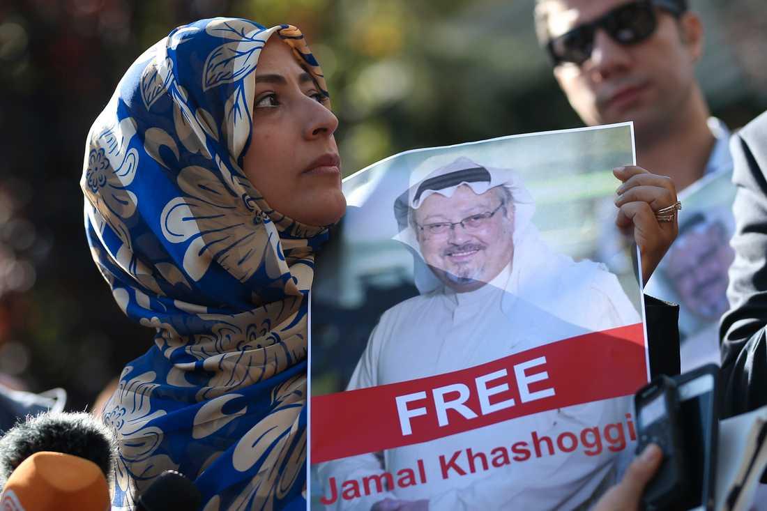 Fredsaktivisten Tawakkol Karman, som 2011 mottog Nobels fredspris, håller upp en bild på den försvunne saudiske journalisten Jamal Khashoggi vid en manifestation i närheten av det saudiska konsulatet i Istanbul.