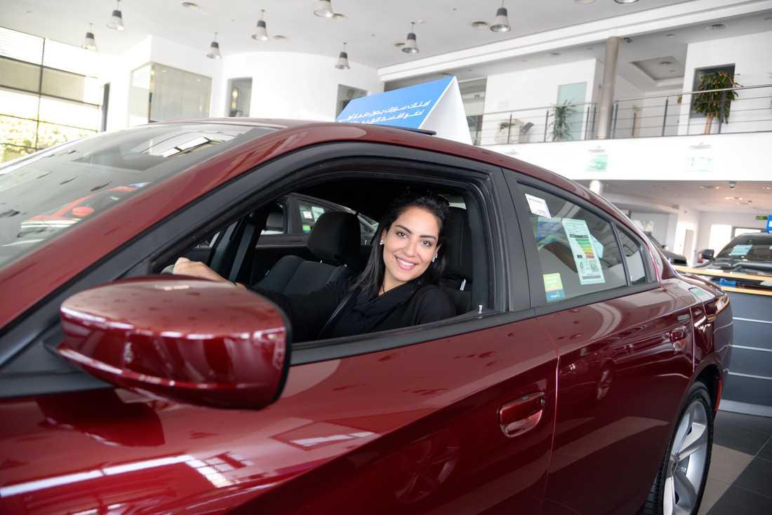 Nouf Abuljadayel hos en bilhandlare i Jidda inför det att det blev tillåtet för kvinnor att köra bil i Saudiarabien.