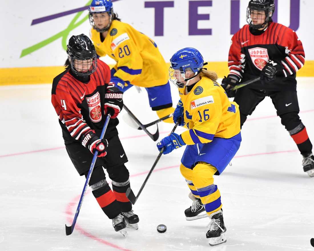 Pernilla Winberg (16) och Fanny Rask (20), under VM-matchen mot Japan i våras, är två av spelarna som strejkar från landslagsspel i väntan på ett nytt avtal.