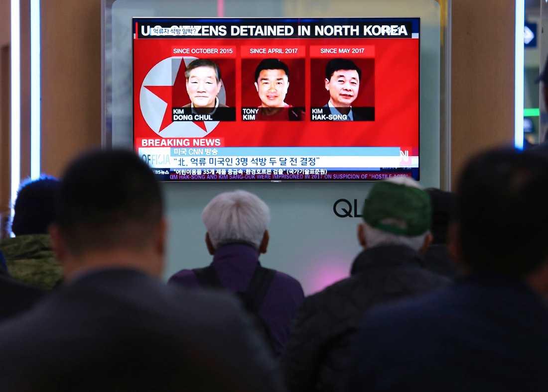 De tre amefrikanerna  Kim Dong Chul,, Tony Kim och Kim Hak Song på en TV-sändning i Sydkorea.