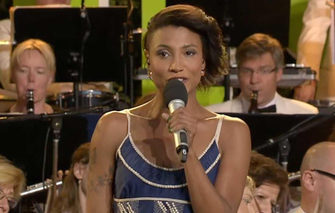"""Pauline från Melodifestivalen sjöng """"Sakta vi gå genom stan""""."""