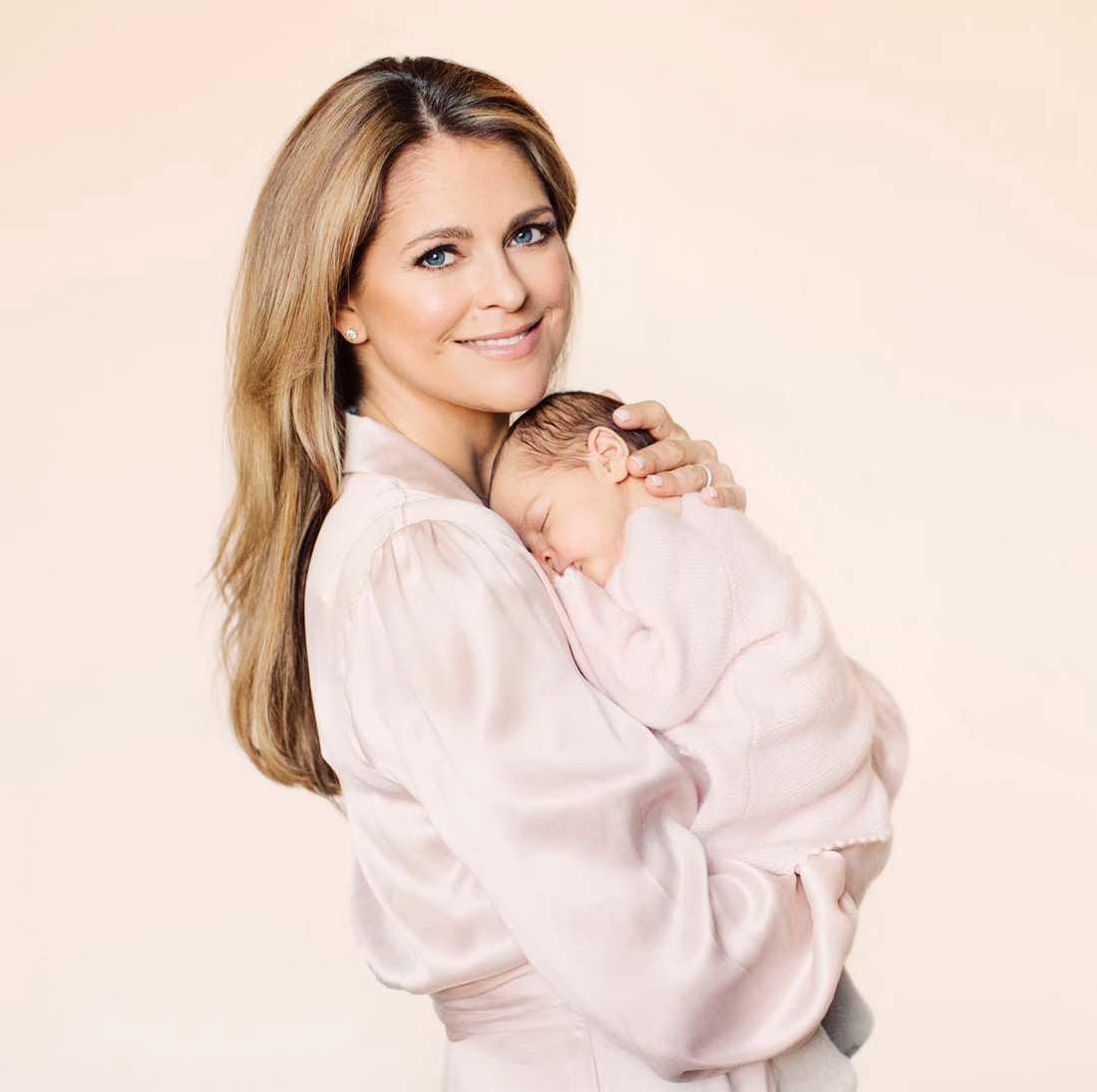 Prinsessan Adrienne med mamma prinsessan Madeleine.