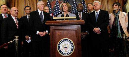 Talmannen Nancy Pelosi och majoriteten av ledarna i kongressen vid en presskonferens efter att vårdreformen röstats igenom.