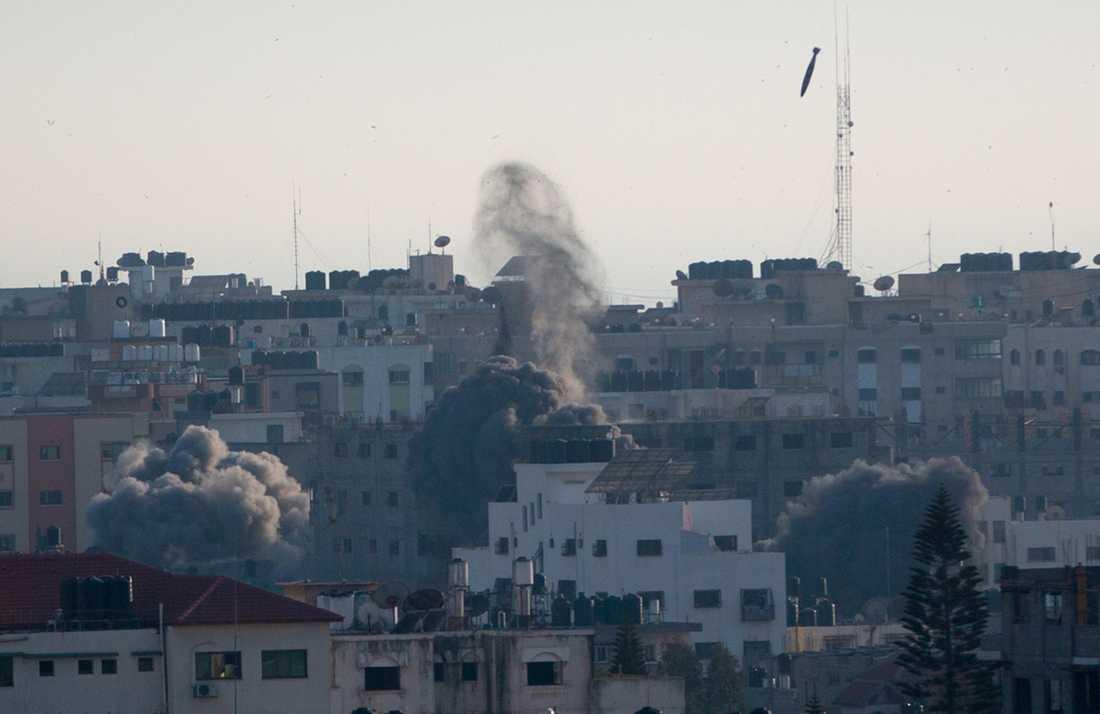 Ett israeliskt luftangrepp mot Gaza stad under söndagen.