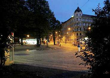 Två män våldtog en 15-årig flicka i parken vid hörnet Vasagatan/Aschebergsgatan. Klockan var runt fem på söndagsmorgonen.