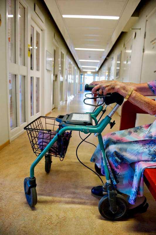 """Tuff sista tid. Tidsbrist, resursbrist, personal som trubbas av och sjukskriver sig. """"Varje dag en vårdskandal"""" beskriver en åldringsvård som bedrivs på robotvis och helt saknar mellanmänsklig värme. Foto"""