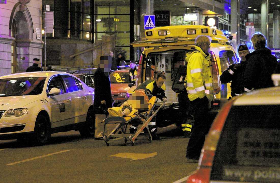 På väg till sjukhus Ett av offren lastas in i en ambulans utanför Casino Cosmopol i natt efter skottdramat där.Tidigt i morse hade polisen inga som helst spår efter skytten som avlossade skotten. Han beskrivs vara i 30-årsåldern och man tror |att han sköt in mot kasinot då han nekats komma in. En vakt träffades i magen och två kvinnliga gäster blev skottskadade i ett ben respektive arm.