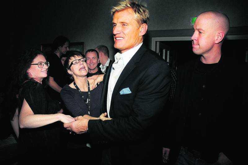 Damerna ville inte släppa iväg Hollywoodstjärnan från festen.