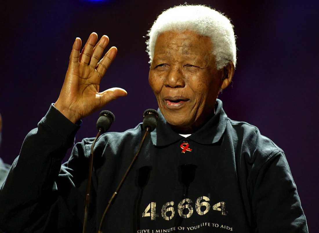 Nelson Mandela hälsar publiken under Live8-konserten mot fattigdom i Johannesburg. Manifestationen ägde rum på tio olika platser i världen den andra juli 2005.