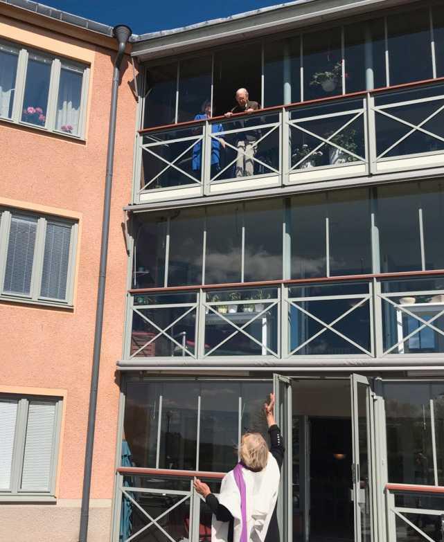 Varje dag läser Ingegerd Lindaräng dikter under sin make Ingemars balkong på Vätterngården i Vadstena.