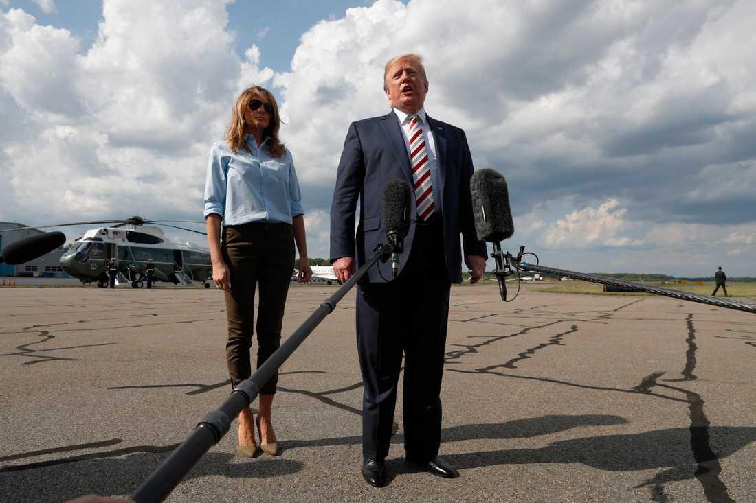 Donald Trump, med hustrun Melania Trump, pratar med medierna i Morristown, New Jersey.