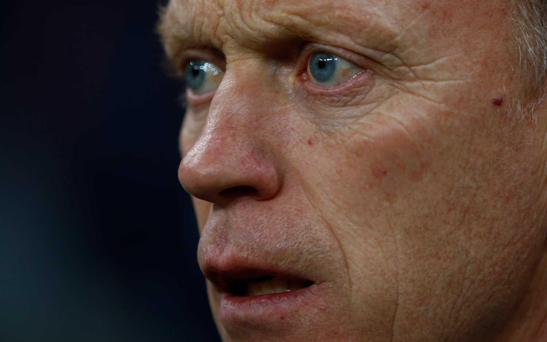 Utslagna David Moyes Manchester United får både ris och ros i engelsk press.
