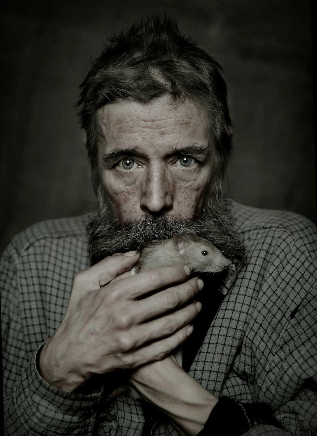 Mats Hoofgard, 52, är hemlös i Stockholm. När han sovit på parkbänkar, i busskurer och bakom soptunnor har stadens vilda råttor blivit hans sällskap. Magnus Wennman fotograferade honom tillsammans med den tama råttan Helge.