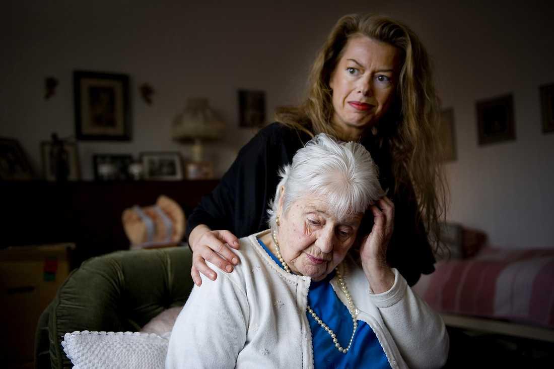 FÖR FRISK FÖR HEMMET Anna-Lenah Jonsson, 91, är ensam och har de senaste åren haft frakturer, stroke, hjärtflimmer och hjärtinfarkt. Nu är hennes fot så svårt infekterad att hon bara kan gå några steg – men hon anses vara för frisk för att få plats på ett äldreboende. Här med dottern Helena Ewertz.