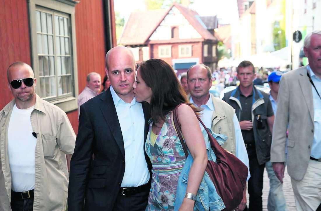 HÅNGEL PÅ HÖG NIVÅ Fredrik Reinfeldt får en puss av hustrun Filippa Reinfeldt efter talet i Almedalen.