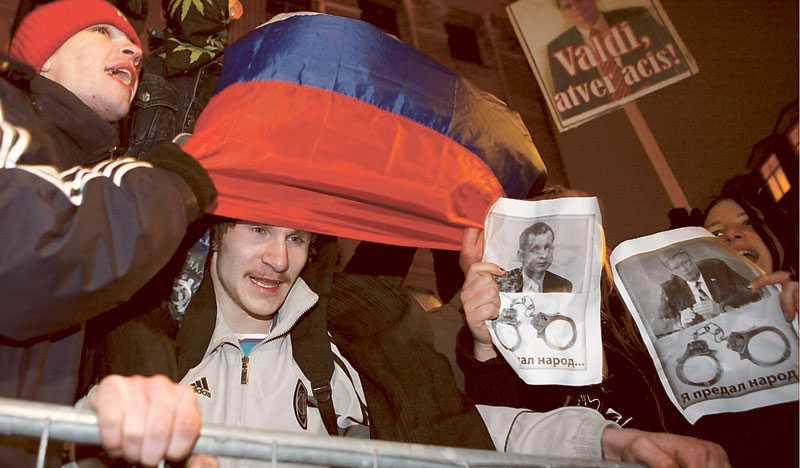 Skakade Lettland tyngs av en hög arbetslöshet och stigande budgetunderskott. I januari i år utbröt kravaller på Rigas gator när upprörda demonstranter protesterade mot landets ekonomiska situation. Foto: ROMAN KOKSAROV/AP