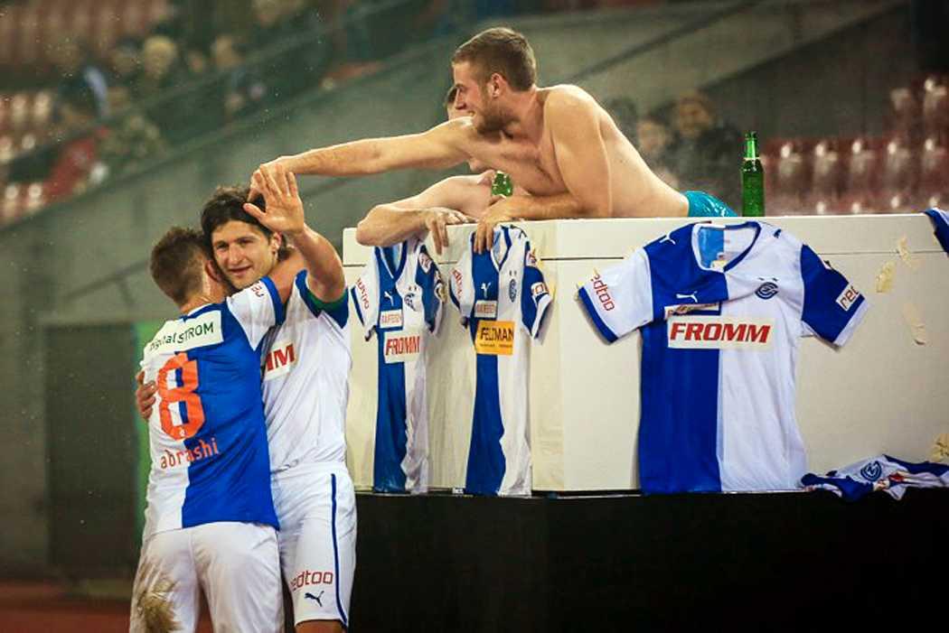 Jaaa-cuzzi! Spelarna sprang ut och firade mål med badgästerna. Foto: Grasshoppers